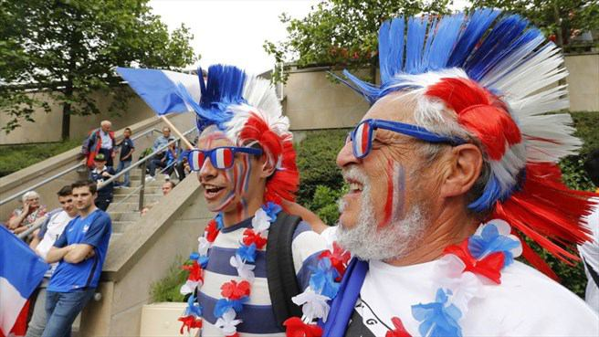 كارناوال هواداران بيرون ورزشگاه استادوفرانس؛ پیش از فینال یورو ٢٠١٦