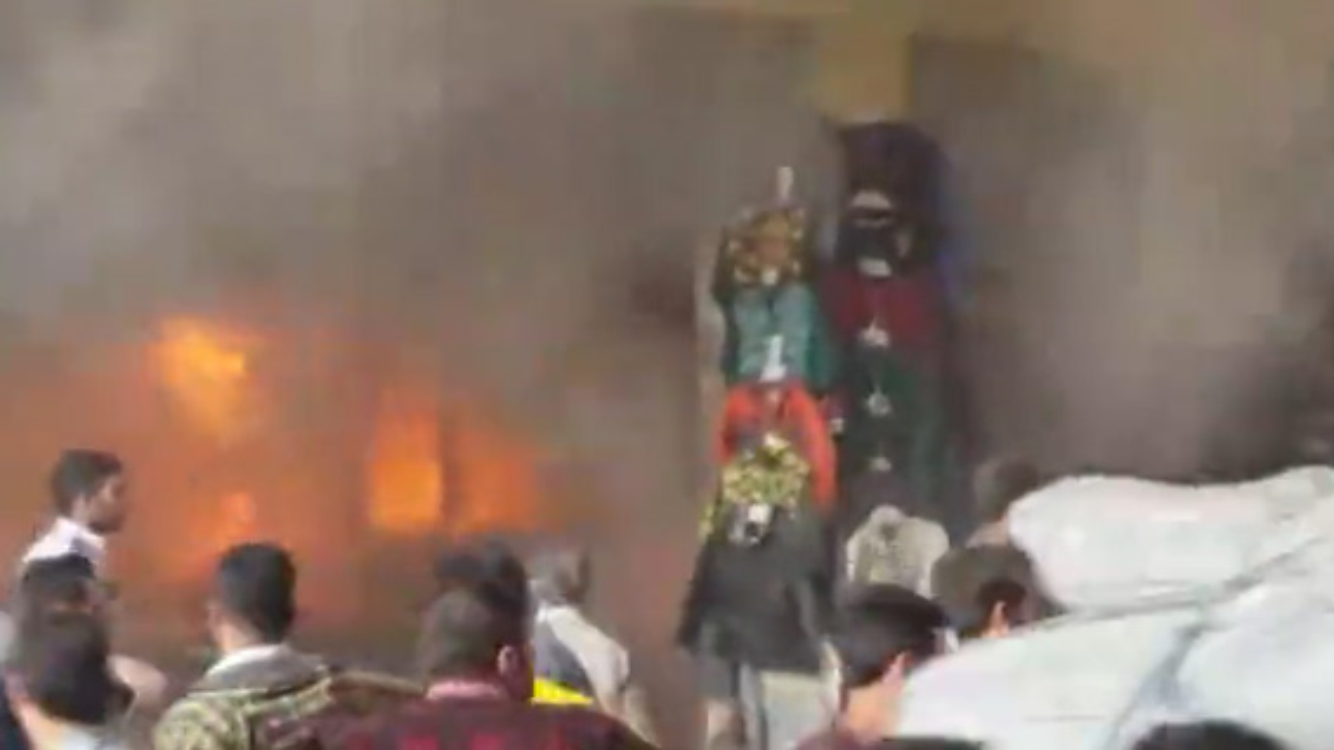 فیلم آتش سوزی گسترده در پاساژ موج تهران