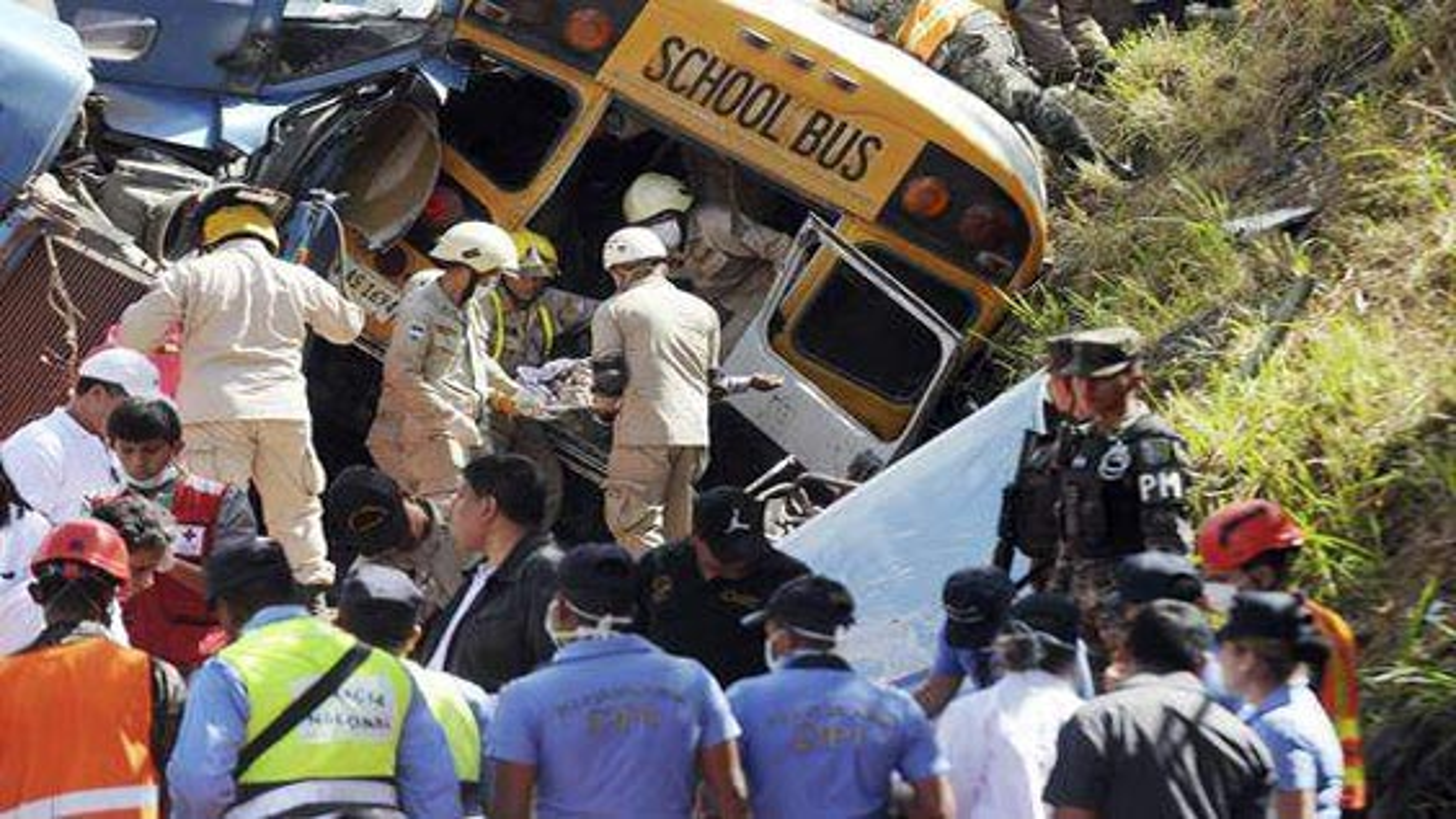حداقل 18 کشته و 34 مجروح در واژگونی اتوبوس | فیلم