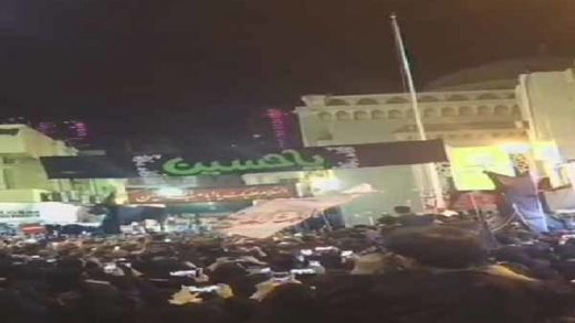مراسم برافراشته شدن پرچم عزای حسینی در مرکز پایتخت بحرین | تگ