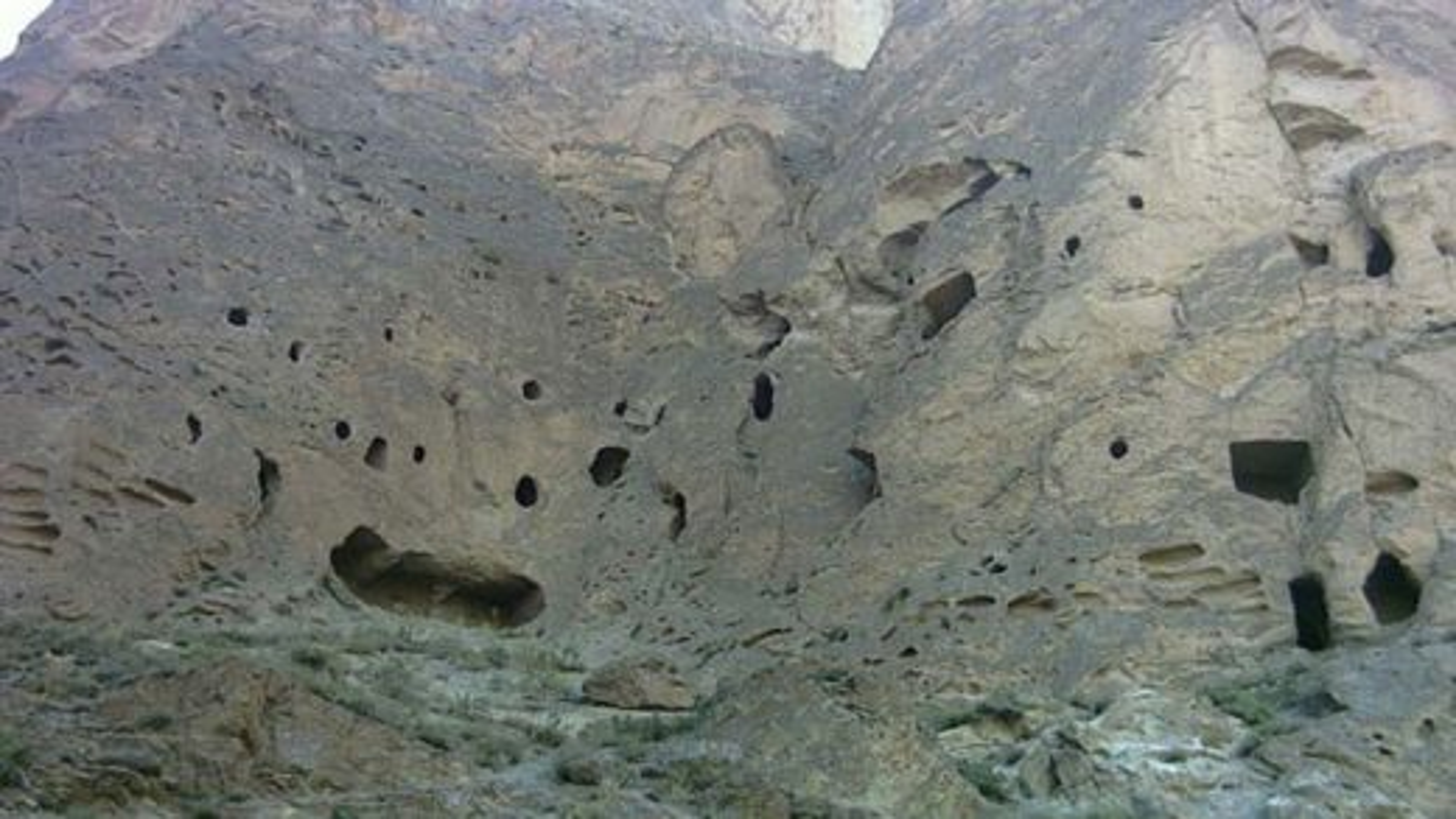 غارهای سنگی کافرکلی در  شهر آمل | فیلم