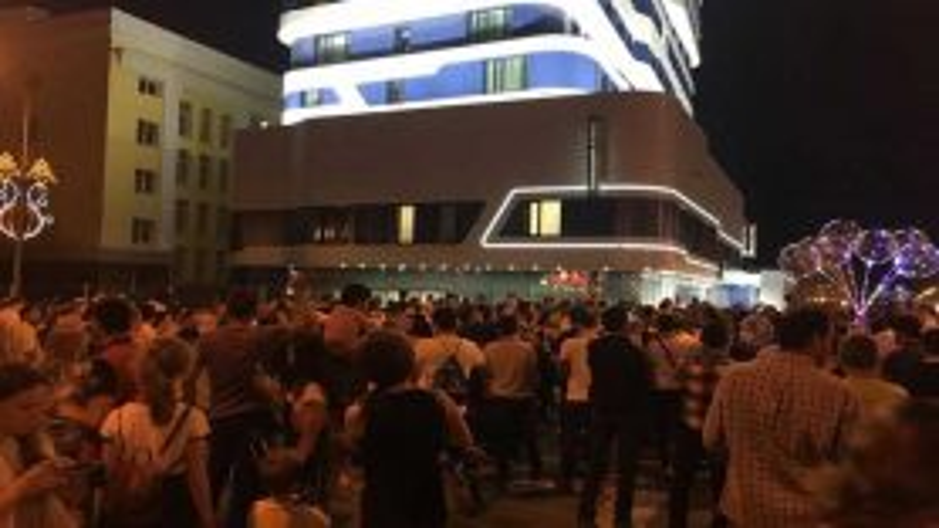 تجمع جمعی از هواداران ایرانی مقابل محل اقامت تیم فوتبال پرتغال | فیلم