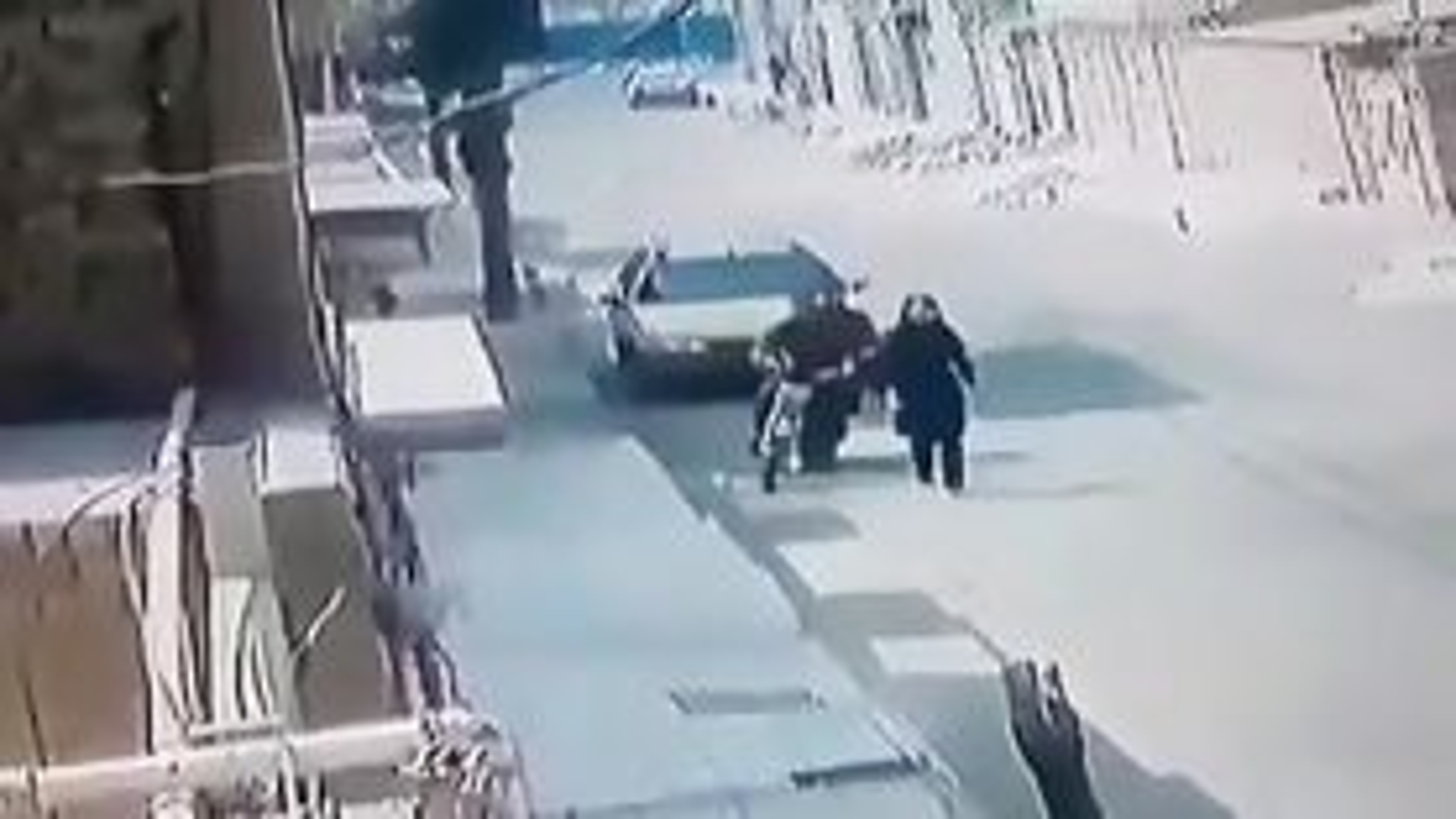 کیف قاپی وحشیانه توسط موتورسوار در اهواز | فیلم